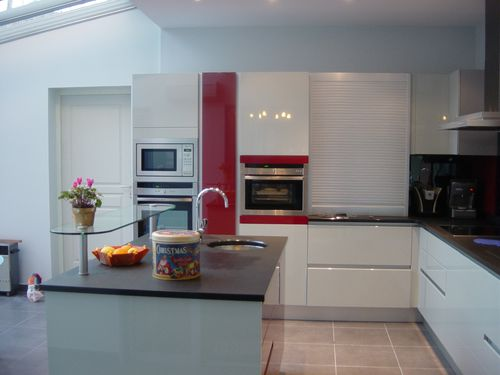 Pearl grey, red coral and black. A cooking(kitchen) trés lit ...