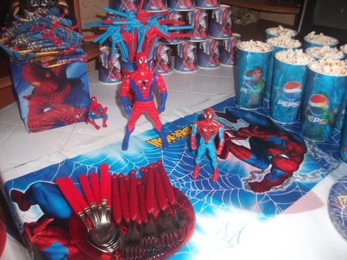 table d anniversaire spiderman pour enfant cuisinestyle. Black Bedroom Furniture Sets. Home Design Ideas