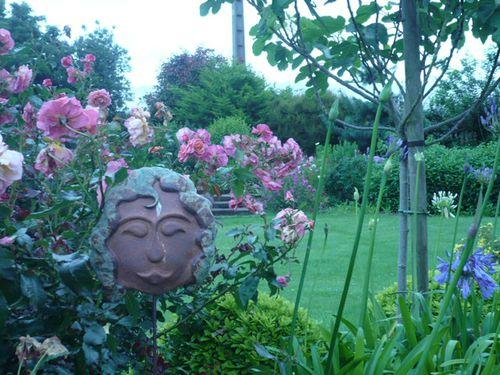 visage parmis les fleurs
