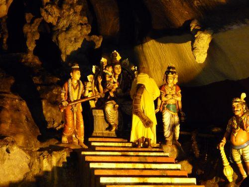 8-Kuala Lumpur-Batu Caves-pretresse cheveux longs