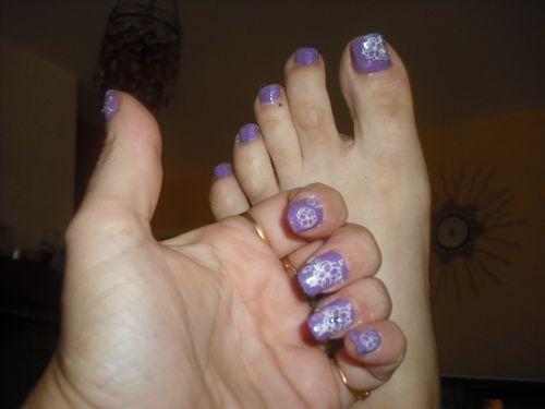 Fleurs blanches sur violet + pieds 3