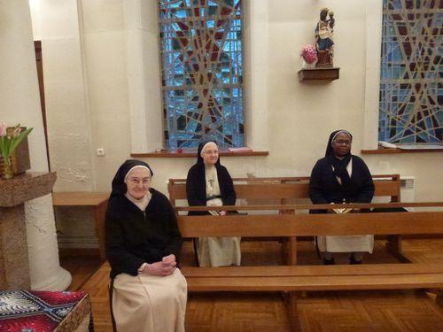 Les soeurs dans la chapelle Institut Saint-Thomas de Villeneuve 15 rue des Louviers Saint-Germain-en-Laye
