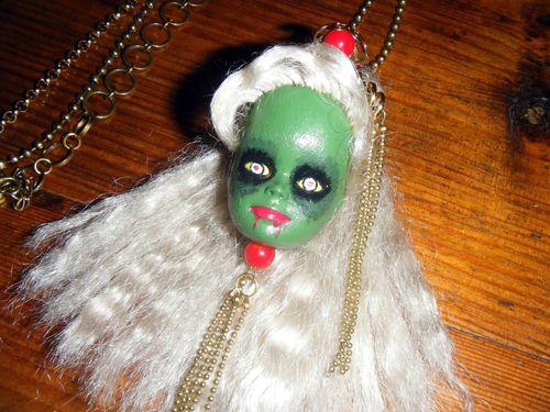Sautoir-Barbie-zombie-2.jpg