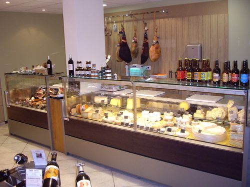 Vitrine-Fromage-La-Cave-a-Terroirs.JPG