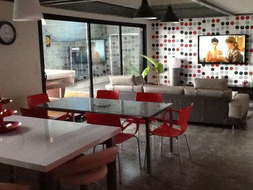 Le blog de un hangar loft a guerledan maison en for Salon sejour cuisine 50m2