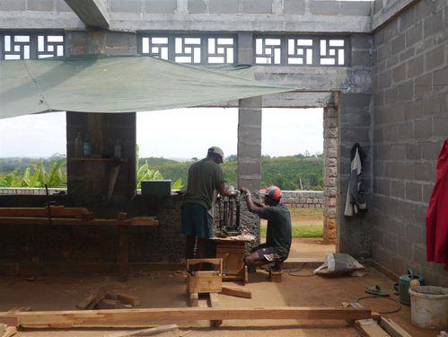 7 -Evariste - le charpentier - avec son aide- Fernand qui a