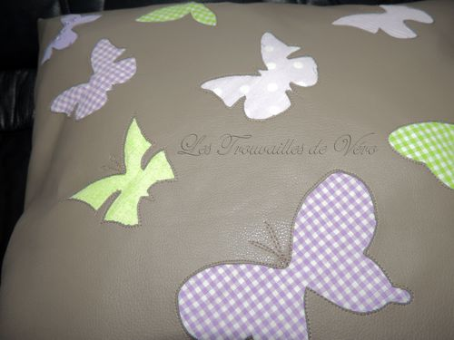 coussin appliqu invers papillon violet