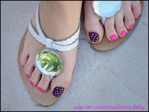 manucure-pieds-pois-roses.jpg