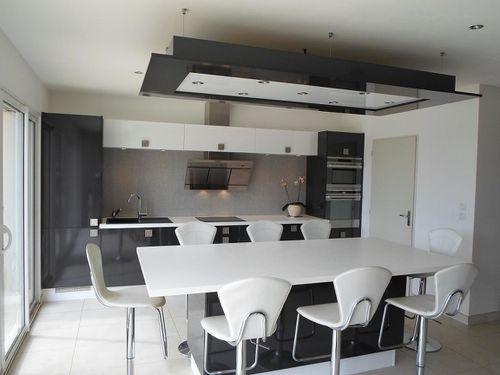 cuisine noire et blanche brillante avec il t les cuisines d 39 alexis. Black Bedroom Furniture Sets. Home Design Ideas