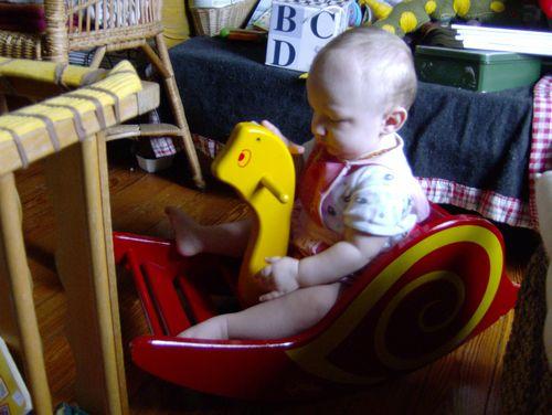 bébé avec escargot