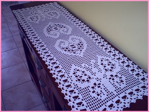 chemin de table orn de papillons et de coeurs et sa grille gratuite au crochet le blog de anne. Black Bedroom Furniture Sets. Home Design Ideas