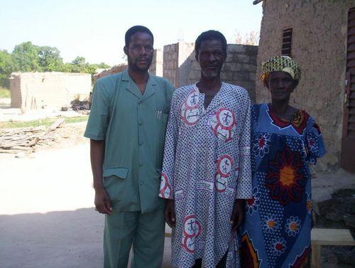Pasteur-Samuel-Sanou----gauche-pose-avec-ses-parents-1-.jpg