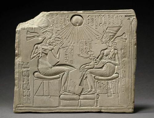 Akhénaton, Néfertiti et trois de leurs filles so-copie-1