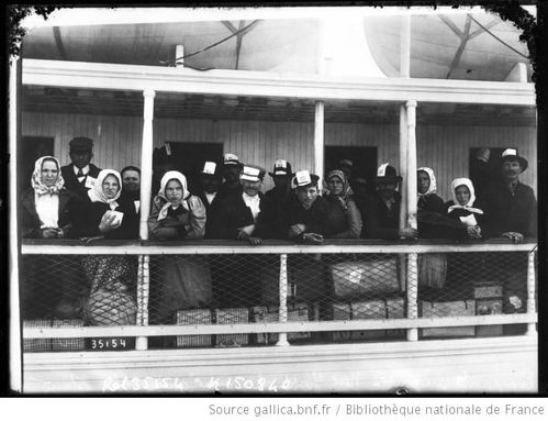 Emigrants-arrivant-a-New-York-apres-avoir-quitte-Ellis-I.jpg