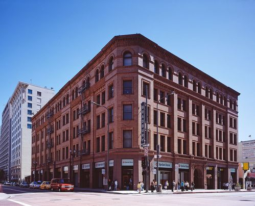 Bradbury_building_Los_Angeles_c2005_01383u.jpg