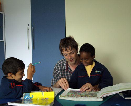 Marc-aide-les-enfants-de-l-orphelinat-a-faire-leurs-devoir.jpg