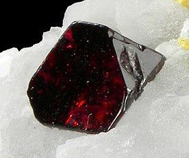Spinel-Calcite-258747.jpg