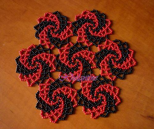napperon spirale rouge et noir 1