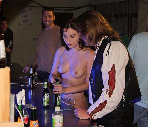 Sexe en public dans un bar