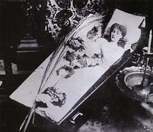 Sarah_Bernhardt_in_coffin-1882.jpg