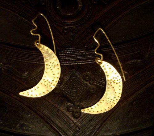 Boucles-d-oreilles-symboliques-croissant-de-Lune-cisele.JPG