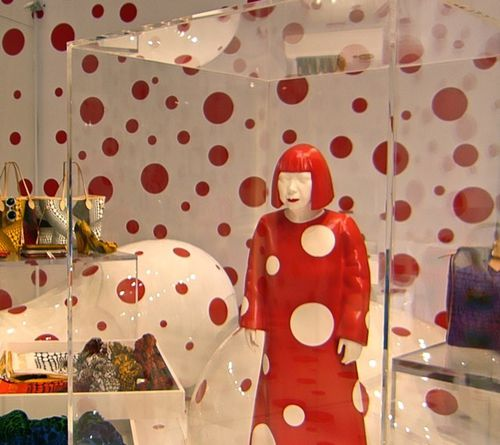 Kusama pop-up store Vuitton Printemps figurine