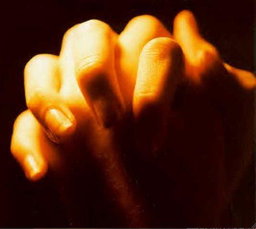 mains lumineuses priere