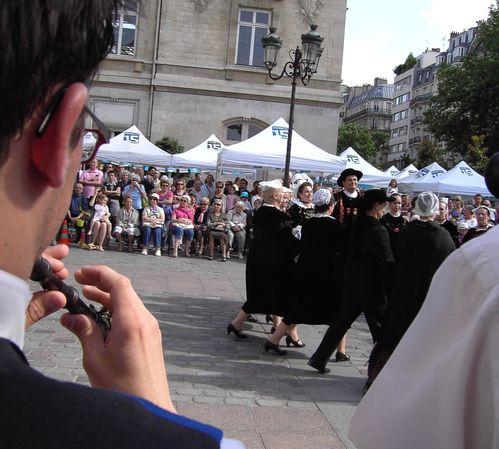 PICT0334 r public et danseurs en mvt