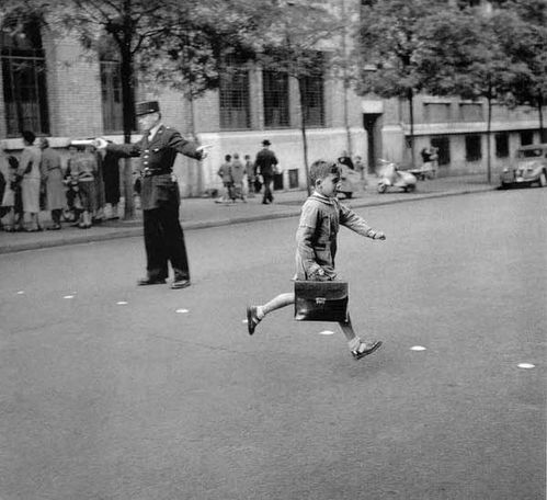 DOISNEAU-1775-Le-cartable-neuf-PARIS-1956.jpg