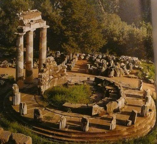 Tholos d'Athéna Pronias vers 380-350 av JC pierre et marbr