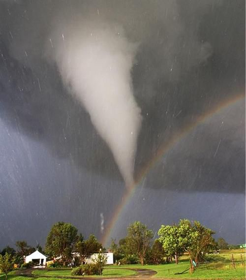 Rainbow-vs-Twister-Arc-en-ciel-tornade-noyan.jpg