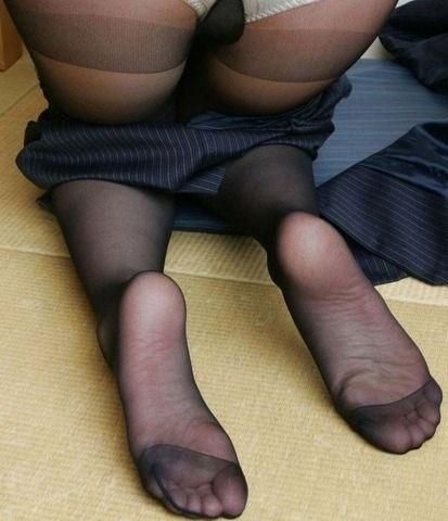 Baiseuse rousse se branle travers ses collants