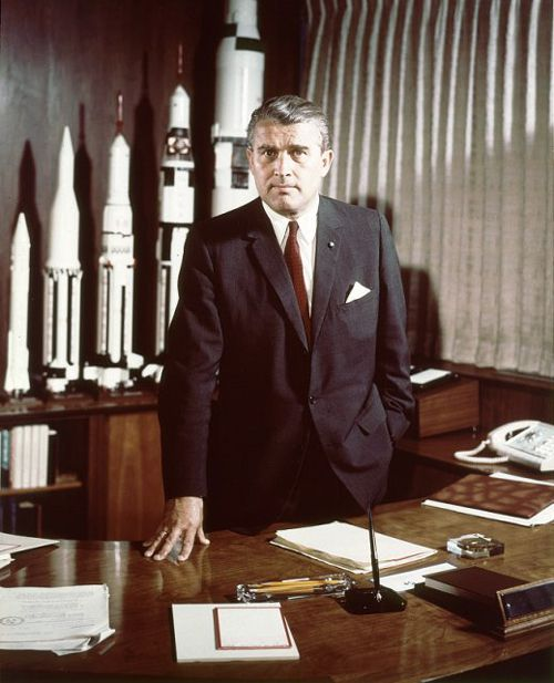 Wernher Von Braun dans son bureau de l'arme de la NASA devant ses fuses