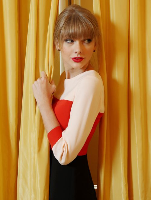 taylor-swift-treacherous-lyrics-traducida-bangs-blonde-rubi.jpg