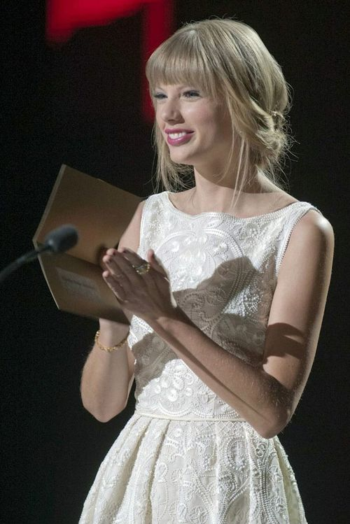 taylor-swift-canadian-country-music-awards-2012-target.jpg