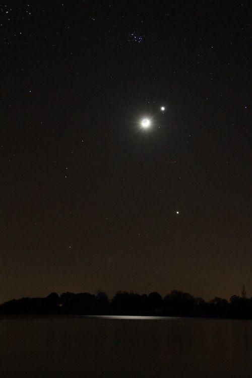 lune cendrée-venus-jupiter-pléiades-sur lac 26 mars 2012