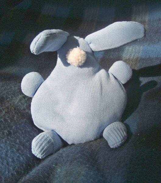 lapin-doudou-porte-bonheur-couleur-bleue-.JPG