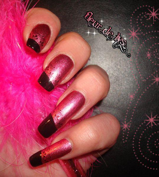 Déco sur ongles rose + noir