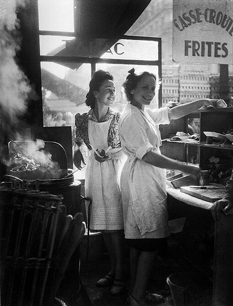Les-marchandes-de-frites---1946--Willy-Ronis.jpg