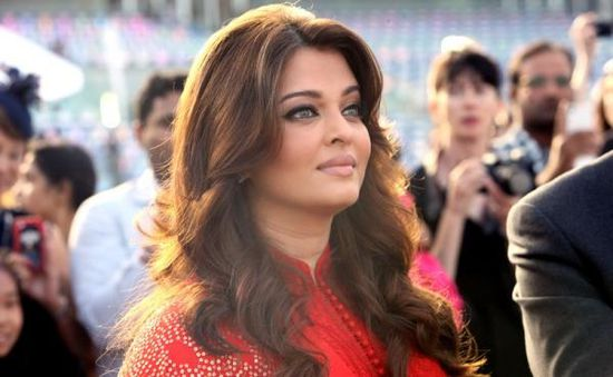 Aishwarya-Rai-Bachchan-presenting-the-Most-Elegant-copie-2.jpg