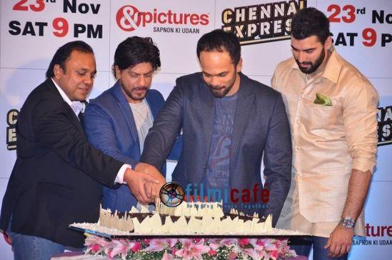 Shahrukh-Khan-and-Deepika-Padukone-at-Chennai-Expr-copie-1.jpg
