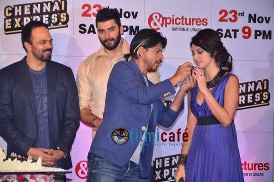 Shahrukh-Khan-and-Deepika-Padukone-at-Chennai-Expr-copie-2.jpg