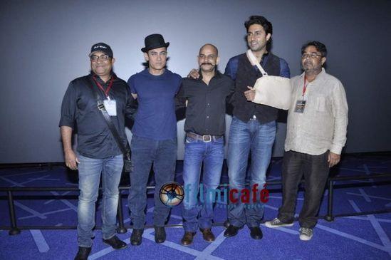 Aamir-Khan---Abhishek-Bachchan-at-Dhoom-3-Theatric-copie-4.jpg