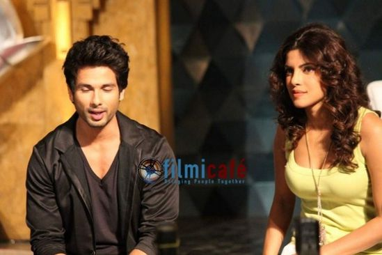 Shahid-Kapoor-and-Priyanka-Chopra-on-the-sets-of-IPL-Extra-.jpg