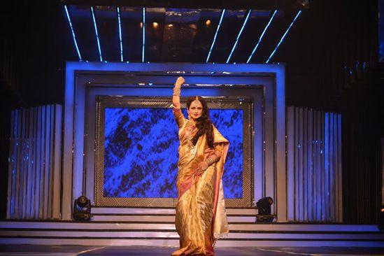 Shah-Rukh-walks-the-ramp-with-Yash-Chopra-s-heroines-6.jpg