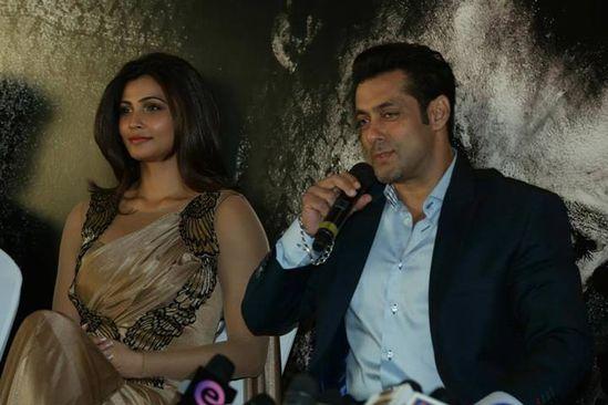 Salman-Khan-and-Daisy-Shah-at-Dubai-Premiere---Pre-copie-7.jpg