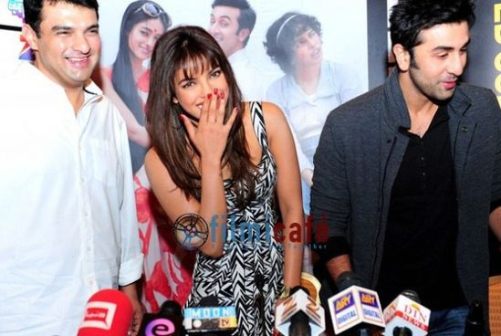 Ranbir-Kapoor-and-Priyanka-Chopra-at-Barfi-Press-C-copie-1.jpg