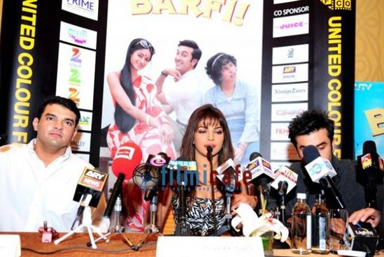 Ranbir-Kapoor-and-Priyanka-Chopra-at-Barfi-Press-C-copie-2.jpg