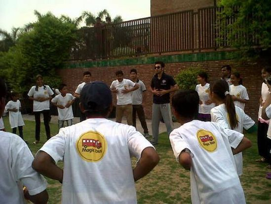 Ranbir-Kapoor-plays-a-fun-match-with-the-kids-from-copie-2.jpg