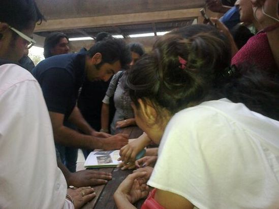 Ranbir-Kapoor-plays-a-fun-match-with-the-kids-from-copie-3.jpg